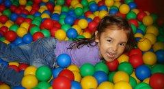 Strefa radosnej zabawy dla dzieci a dla rodziców czas na ćwiczenia lub wypoczynek